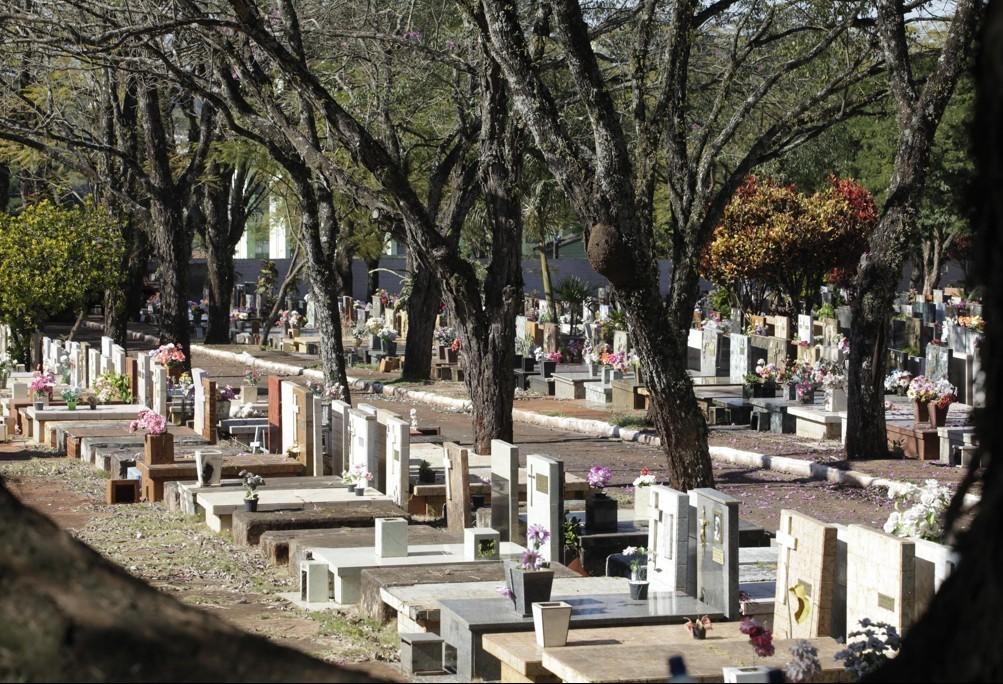Passeio noturno no cemitério municipal é realizado em Maringá