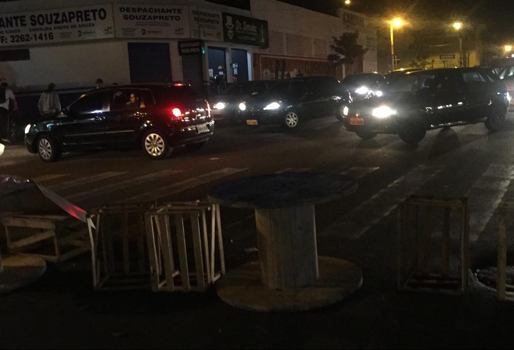 Grupo de comerciantes fecha quadra da Avenida 19 de Dezembro