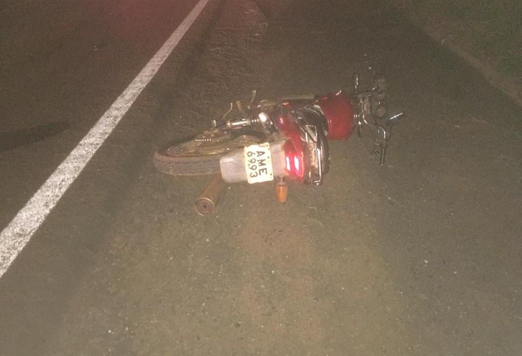 Motociclista morre ao bater em carro parado no acostamento na PR-323