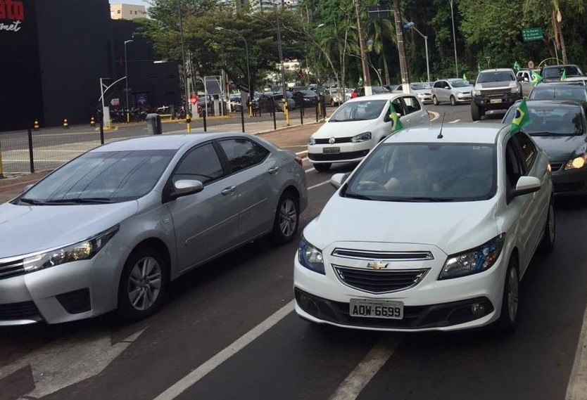 Apoiadores fazem carreata pró-Bolsonaro em Maringá