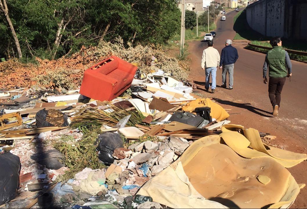 Meio Ambiente vai cercar fundo de vale que virou lixão