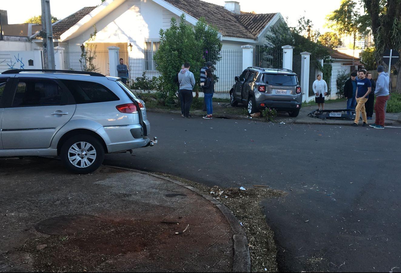 Carros batem em cruzamento e um deles quase invade uma casa