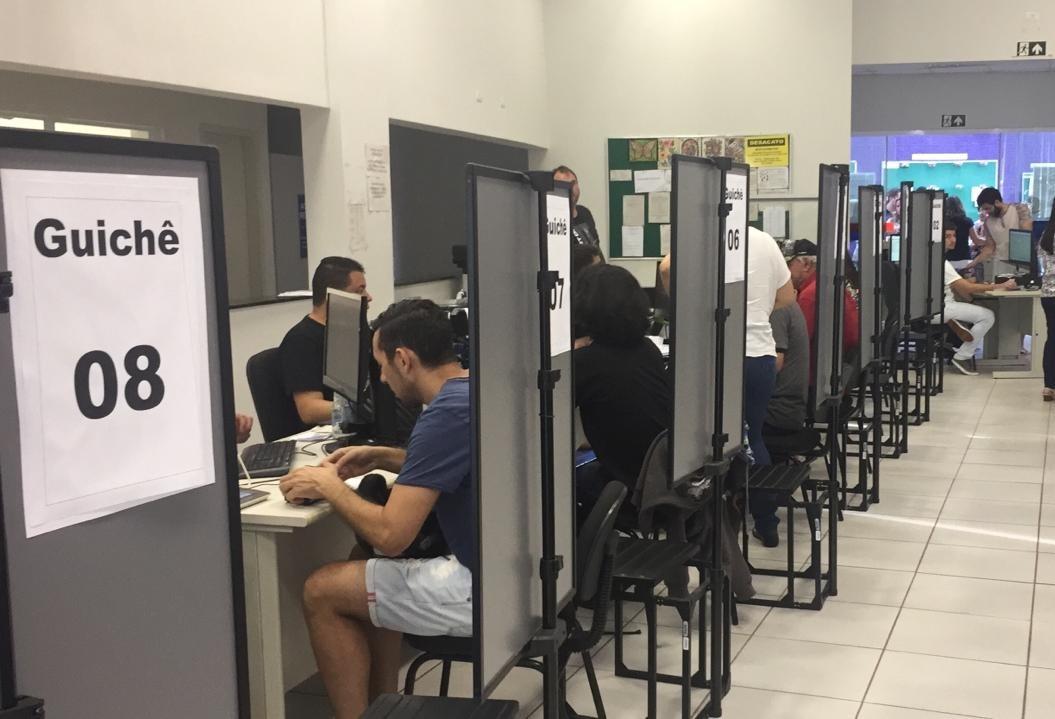 Eleitores enfrentam fila para regularizar título eleitoral em Maringá