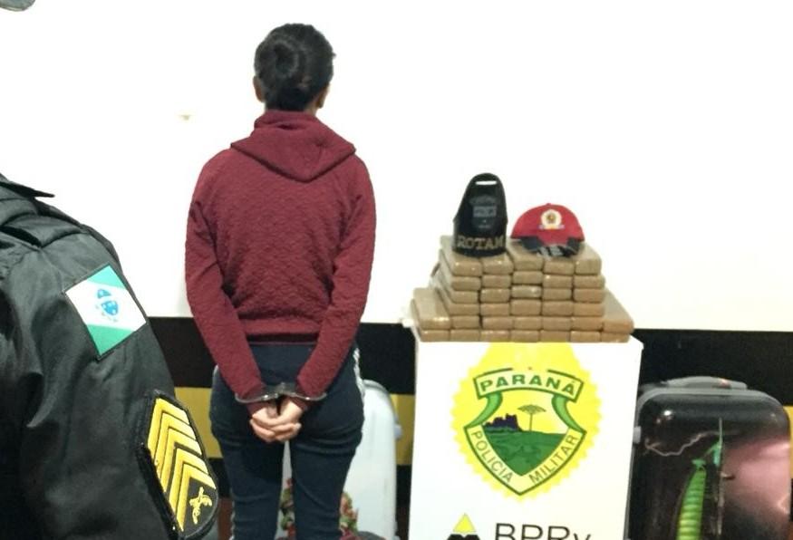 Mulher é presa com 22,8 kg de maconha em ônibus de linha