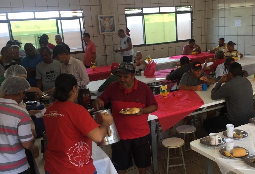Voluntários promovem festa para moradores de rua de Maringá