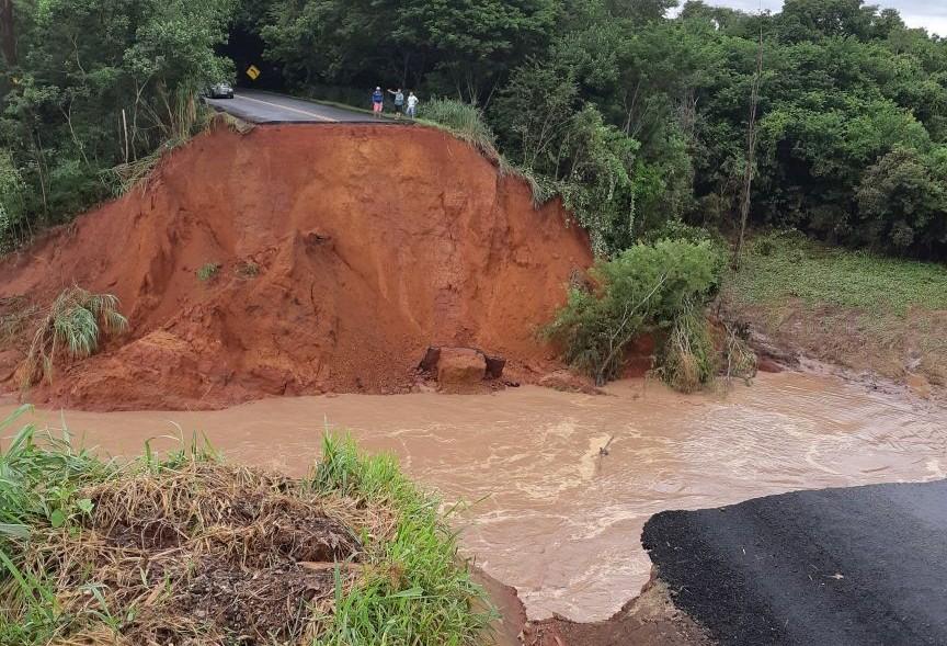 Veículo cai em cratera aberta após enxurrada levar ponte na PR-082