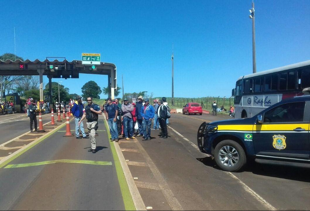 Manifestantes do MST liberam passagem de veículos no pedágio de Campo Mourão