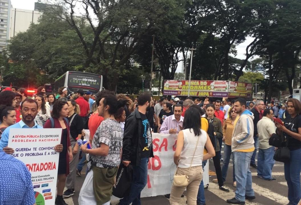 Sindicalistas impedem saída de ônibus do terminal provisório, em Maringá