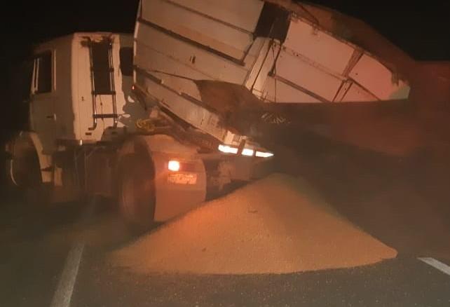 Carreta tomba na BR-376 e derrama carga de grãos na pista