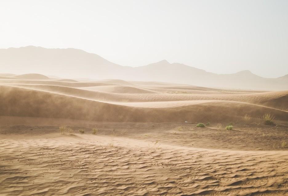 Caixa coleta água no ar do deserto