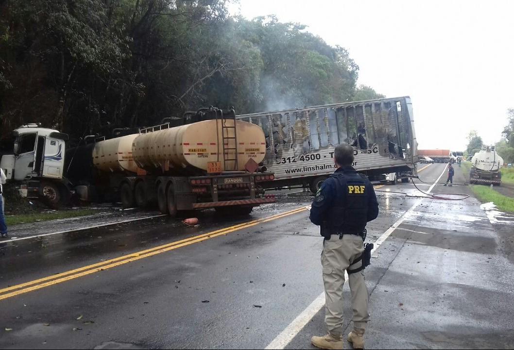 Caminhão de Maringá bate e pega fogo na BR-376