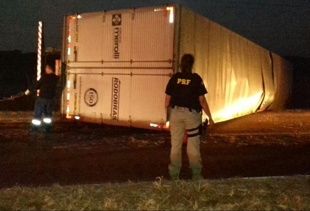 Caminhão carregado com eletrodomésticos tomba na BR-376