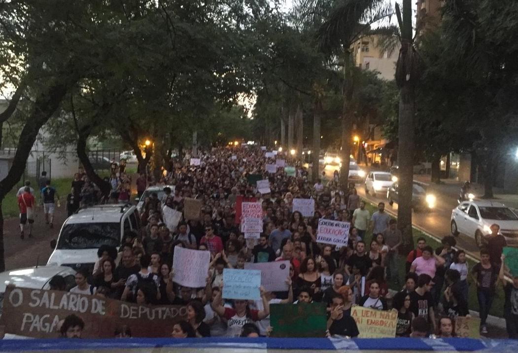 Segundo protesto do mês em apoio à educação reúne centenas de pessoas