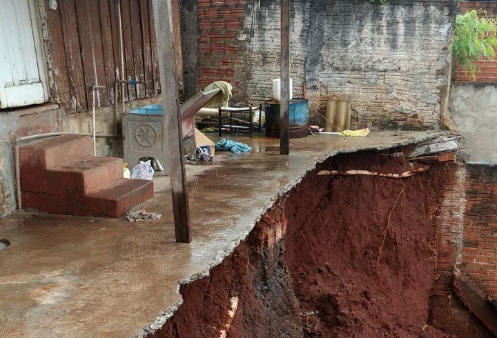 Dois muros de residências desabam em Maringá