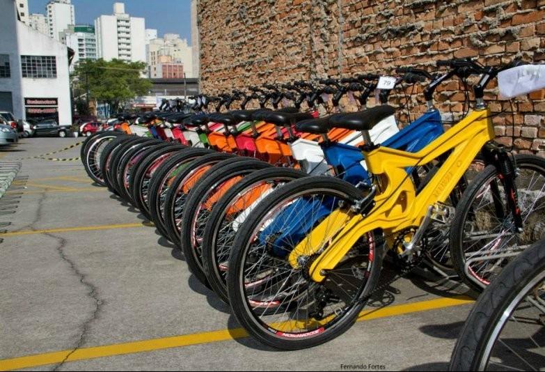 Brasileiro desenvolve bicicleta feita de plástico reciclável
