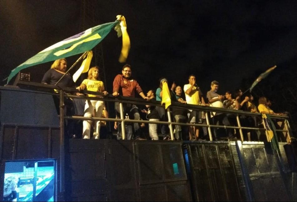 Vitoriosos nas urnas, eleitores de Bolsonaro comemoram