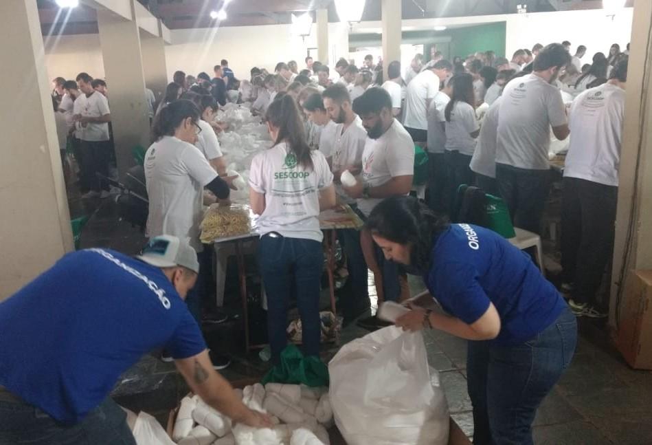 Voluntários produzem 22 mil fraldas geriátricas em Maringá