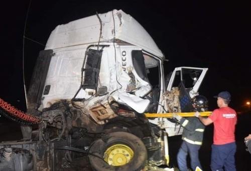Trem bate em caminhão na linha férrea que corta a BR-369