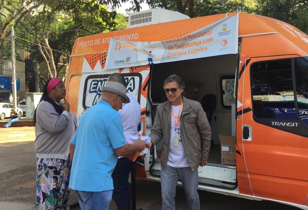 Voluntários da Copel orientam população sobre acidentes com choque elétrico