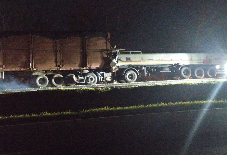 Motorista morre em cabine prensada após bater em traseira de carreta