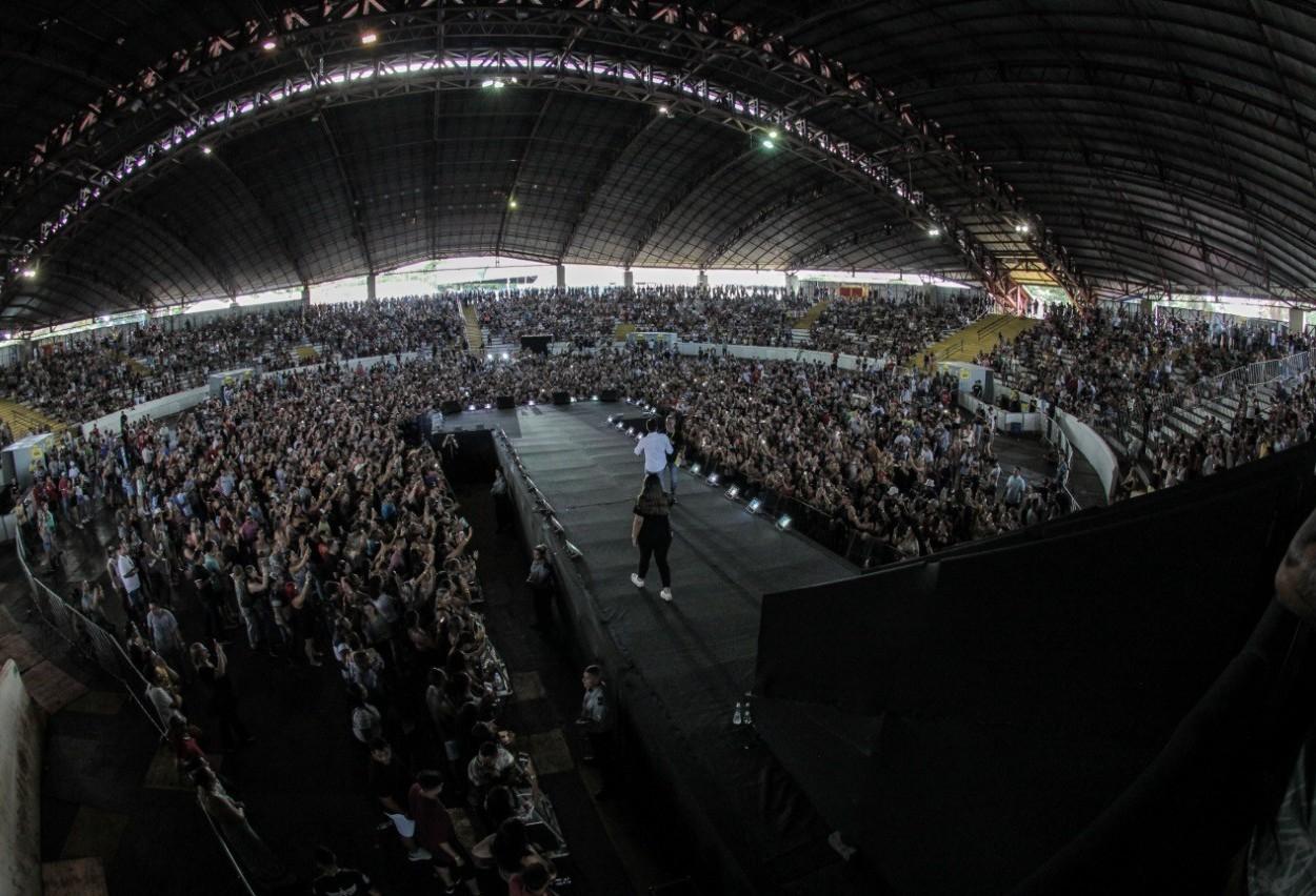 Milhares de fãs curtiram de perto ídolos do sertanejo neste domingo(24)