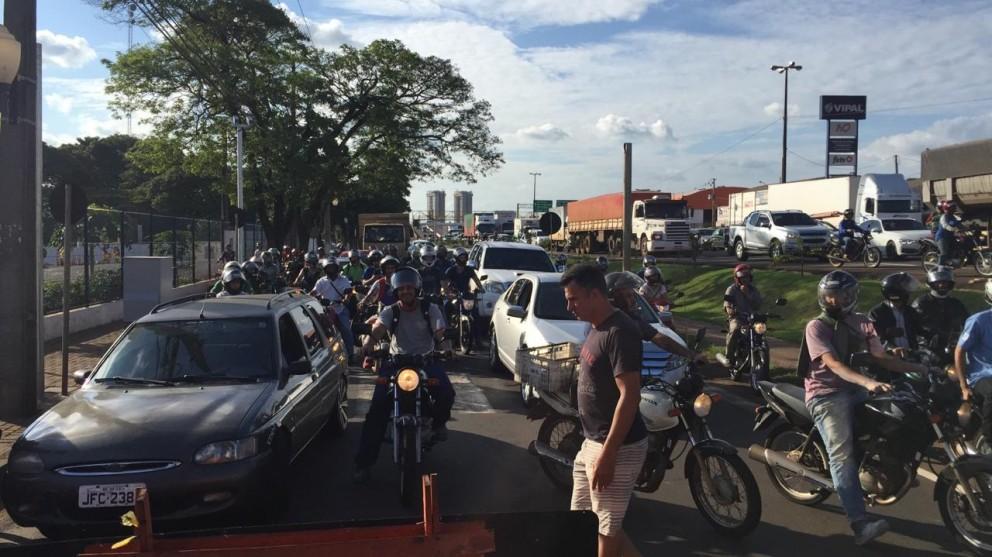 Protesto contra fechamento de cruzamentos interdita Av. Colombo