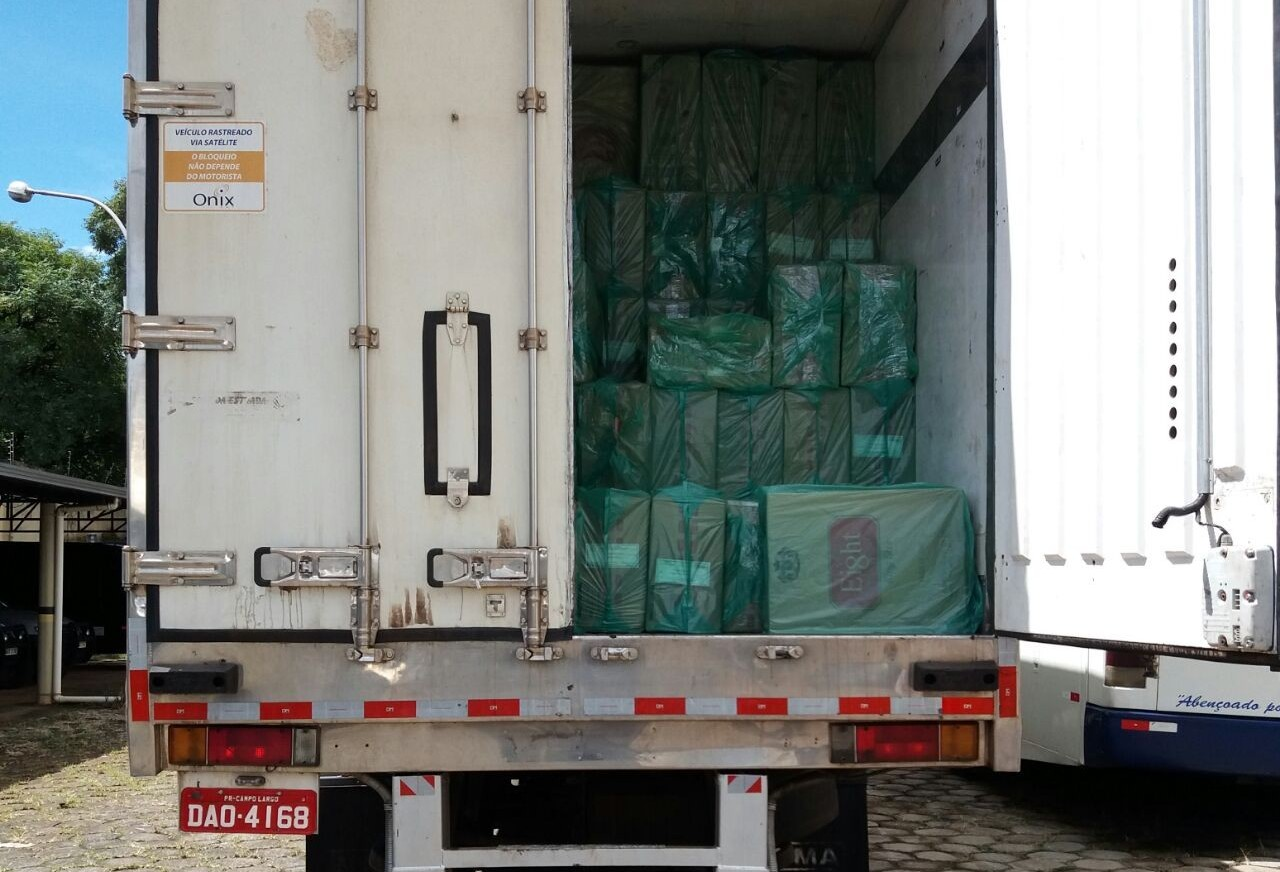 Caminhões carregados com cigarro são apreendidos na PR-082