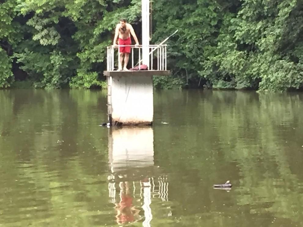 Bombeiros fazem buscas por rapaz desaparecido no lago
