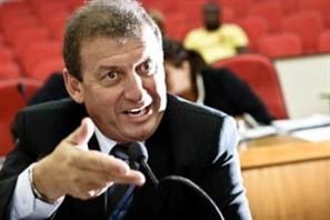 John Alves Correa se licencia do cargo e abre espaço para Umberto Crispim