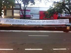 Comerciantes da Avenida Brasil realizam protesto  contra a retirada das espinhas de peixe