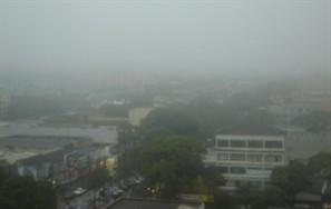 Trabalhadores enfrentaram muita chuva e trânsito para chegar ao centro de Maringá nesta quinta-feira