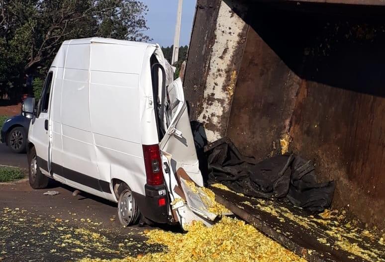 Caminhão cai em cima de van em acidente na PR-317