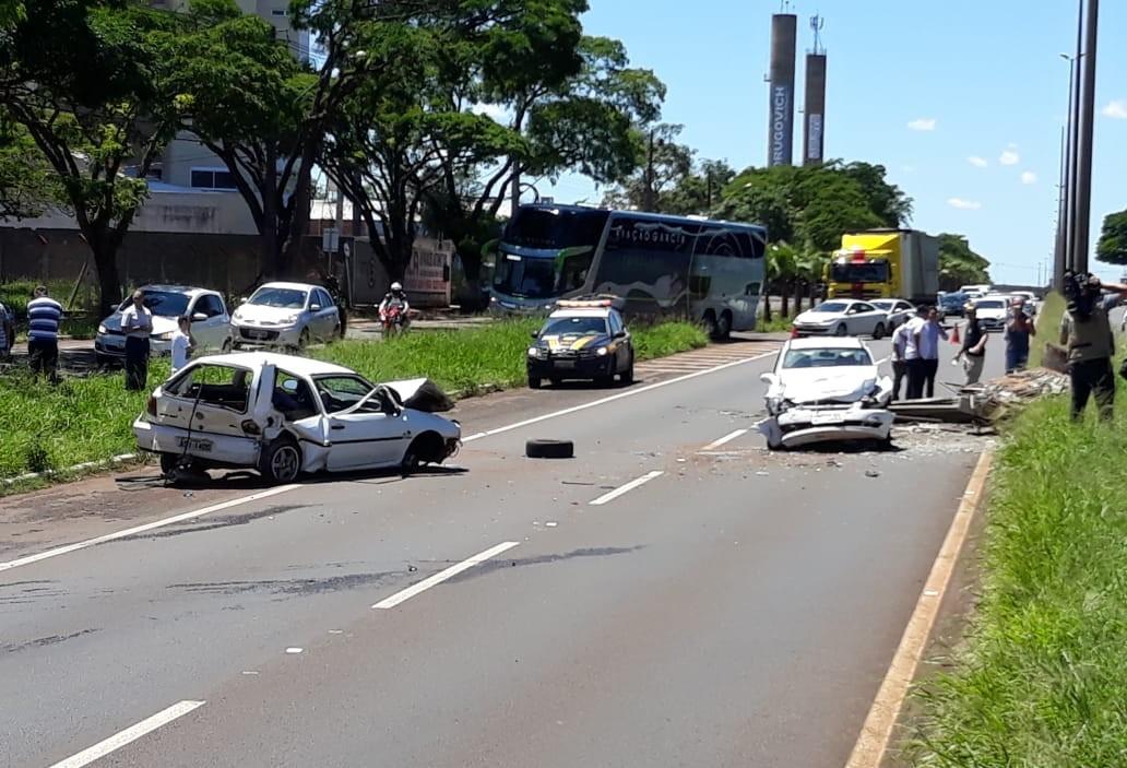 Dois veículos se chocam na Avenida Colombo