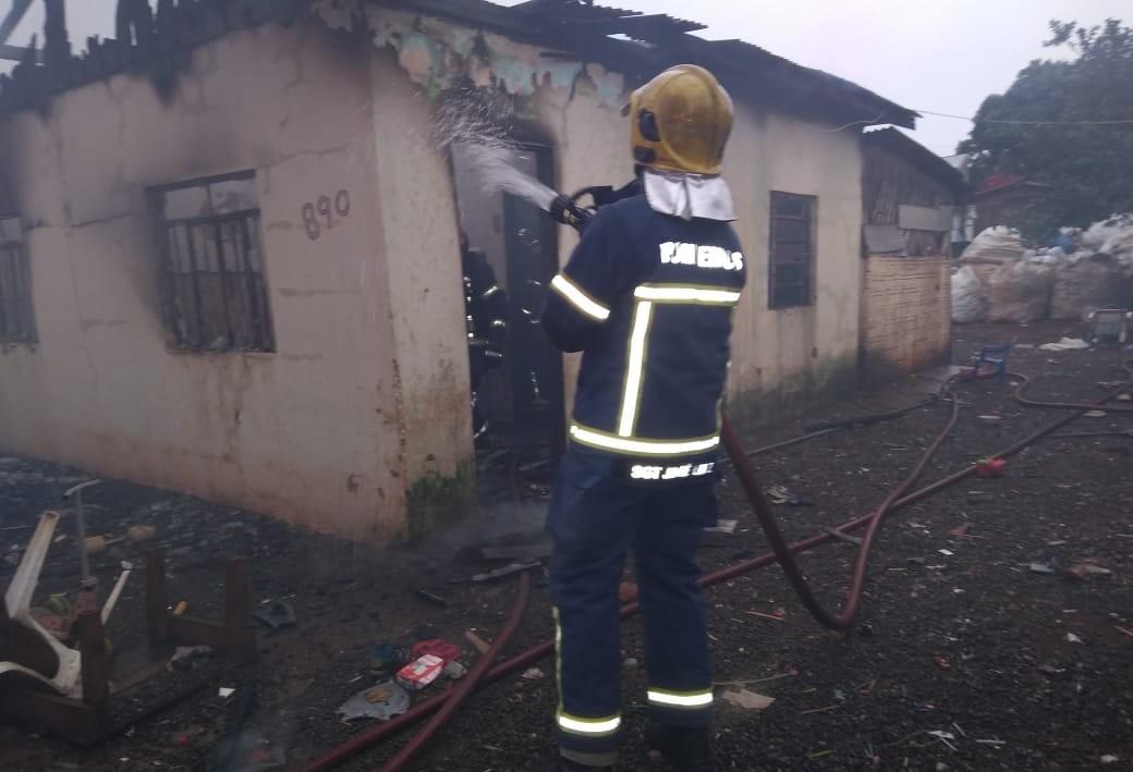 Curto-circuito em fiação causa incêndio em residência