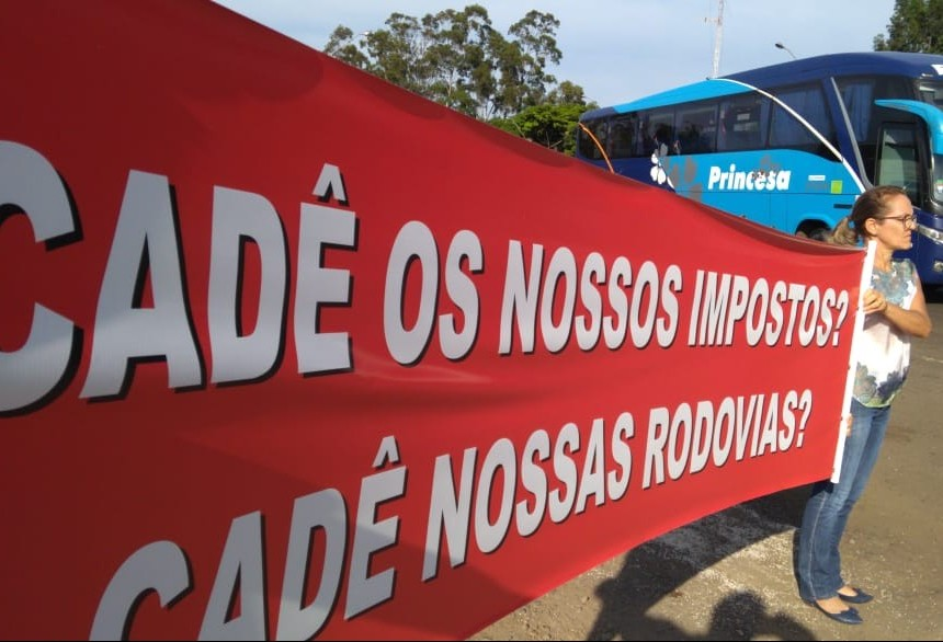 Moradores protestam pedindo recuperação de rodovias