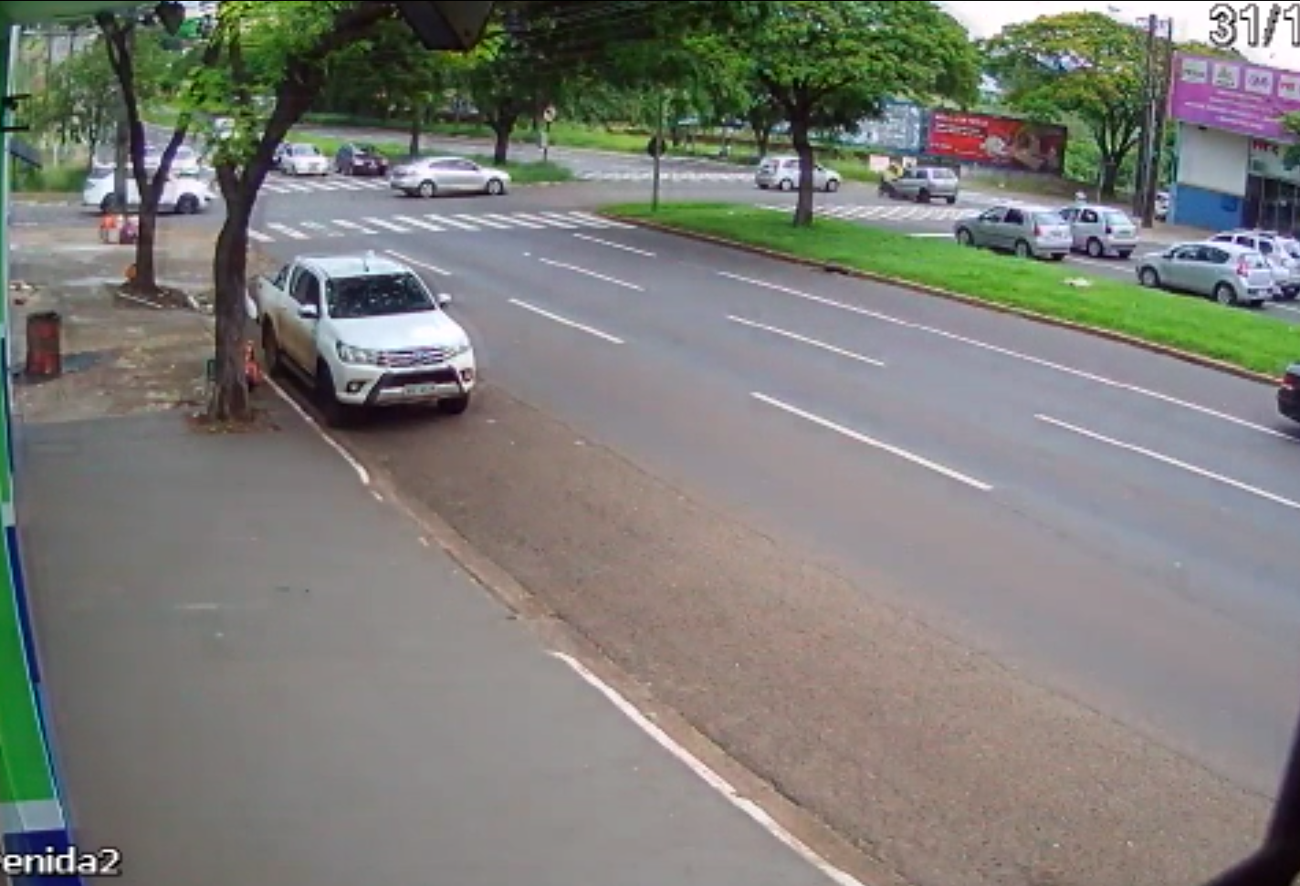 Carro avança sinal e deixa motociclista e mulher grávida feridos