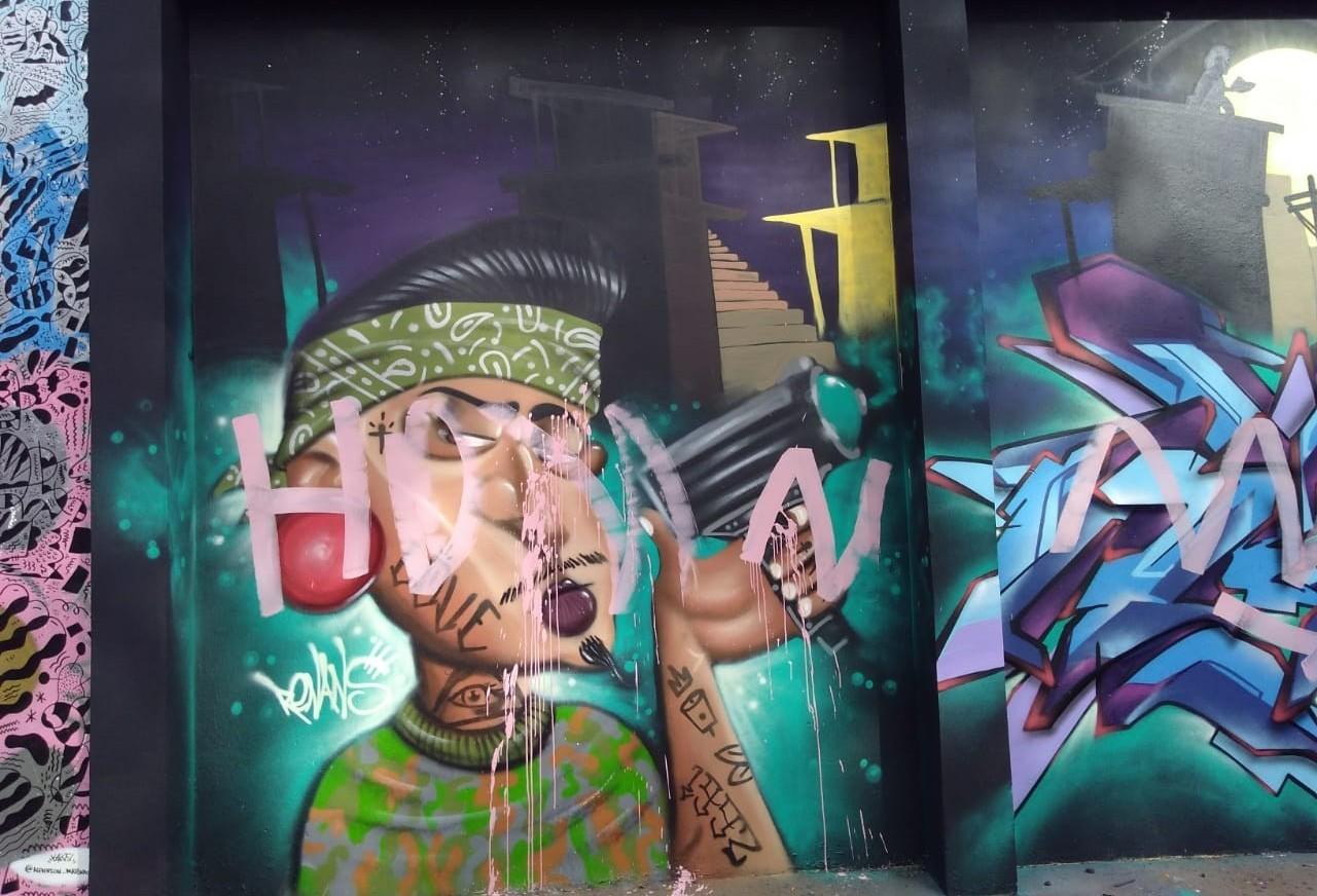 Murais de Grafitti amanhecem pichados