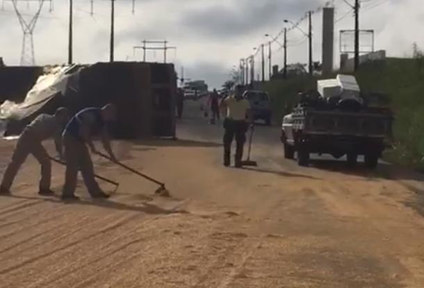 Caminhão carregado com soja tomba no Contorno Sul