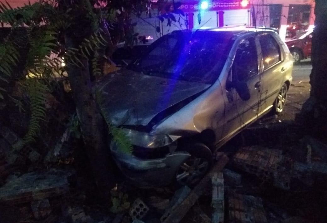 Condutora de 50 anos fica ferida após batida contra muro de residência