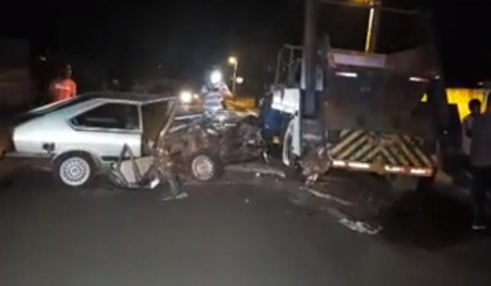 Motorista bate carro contra caminhão parado