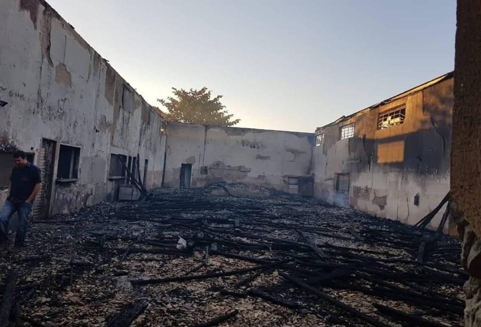 Incêndio destrói salão paroquial; casa da secretaria é assaltada