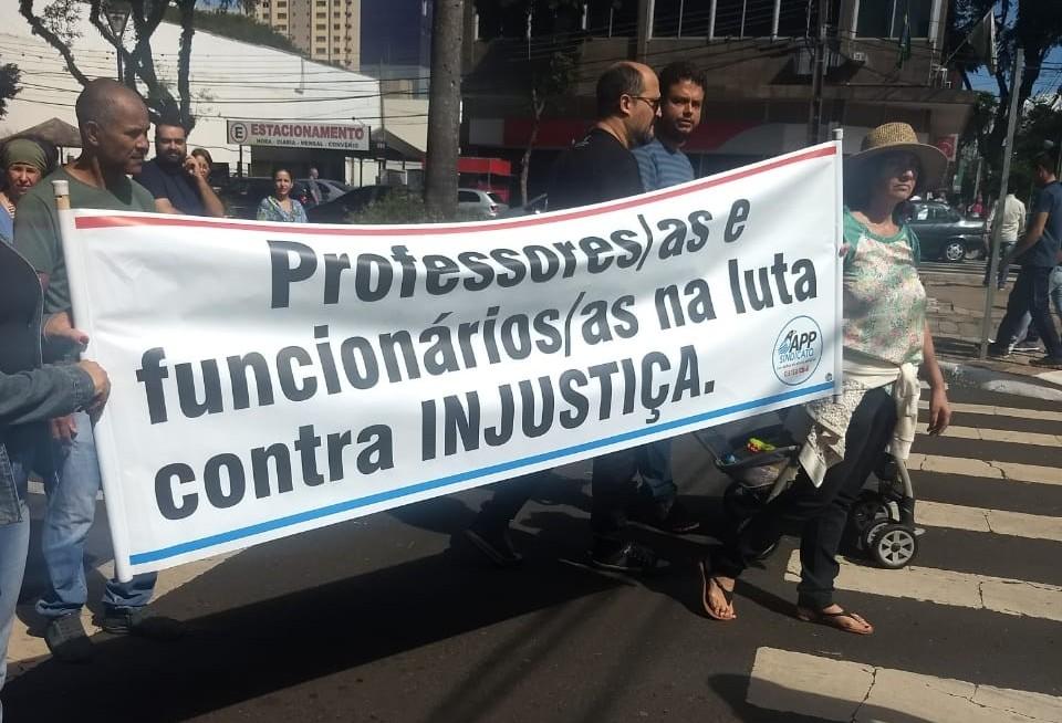 Servidores estaduais protestam pedindo reposição salarial