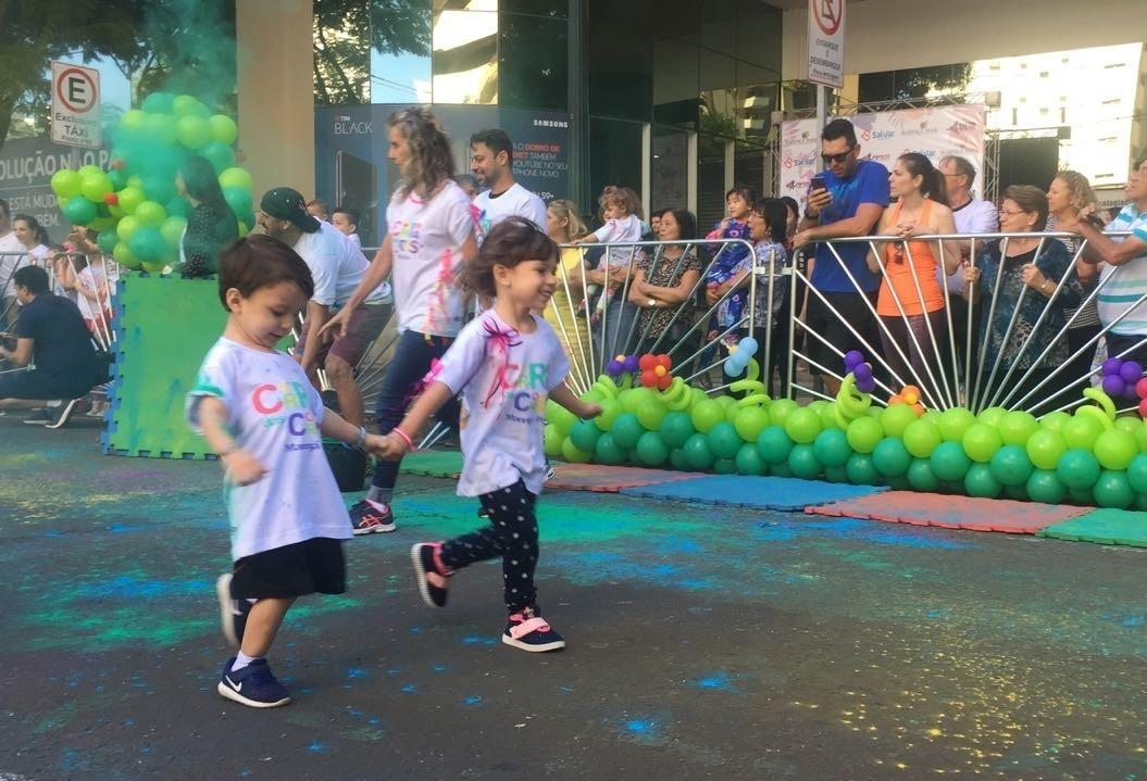 Crianças correm e se divertem em Maringá
