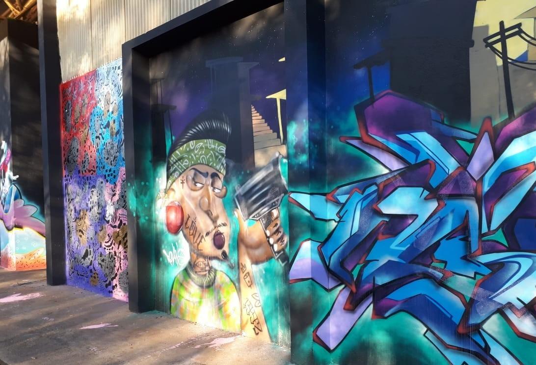 Equipes da prefeitura limpam murais alvos de vandalismo