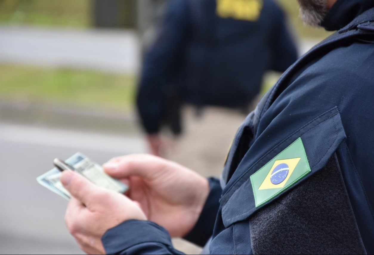 Homem é preso após apresentar CNH falsa à PRF