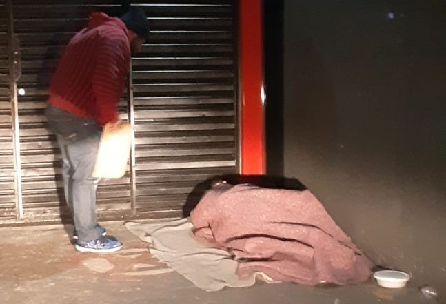 Quase 50 cobertores foram distribuídos para moradores de rua