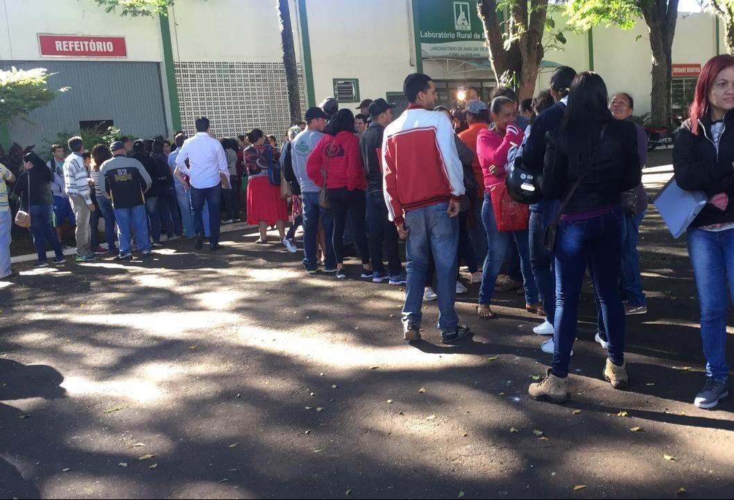 Centenas de candidatos enfrentam fila em busca de trabalho temporário