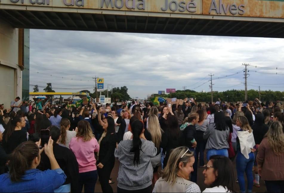 Funcionários deixam shoppings atacadistas em apoio à greve