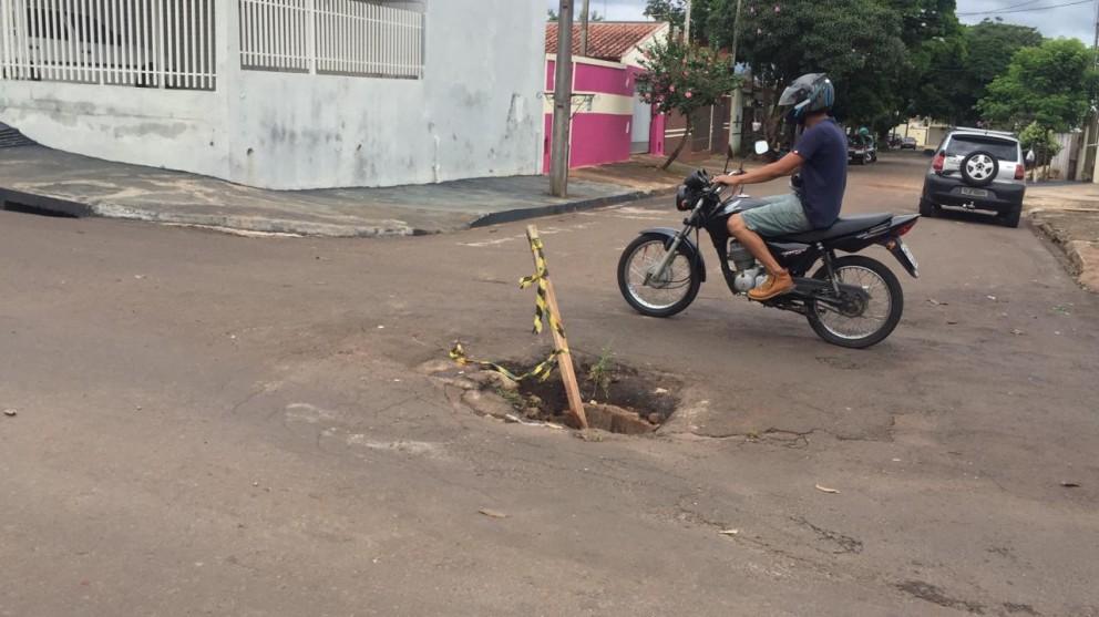 Buraco no meio de avenida em Sarandi