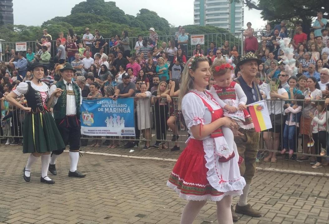 Desfile de aniversário reúne milhares de pessoas e homenageia mulheres